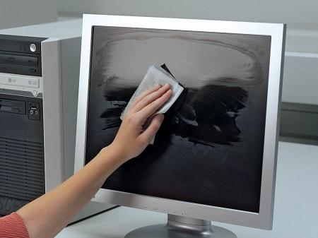 непригодные методы очистки монитора