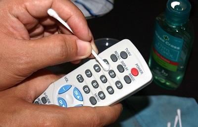 Как правильно почистить пульт от телевизора