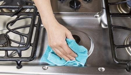 чистим конфорки и решётку газовой плиты