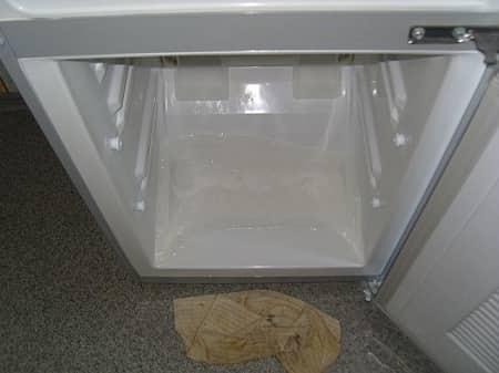 Лужи на дне камеры холодильника