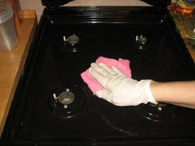 удаляем загрязнения с плиты